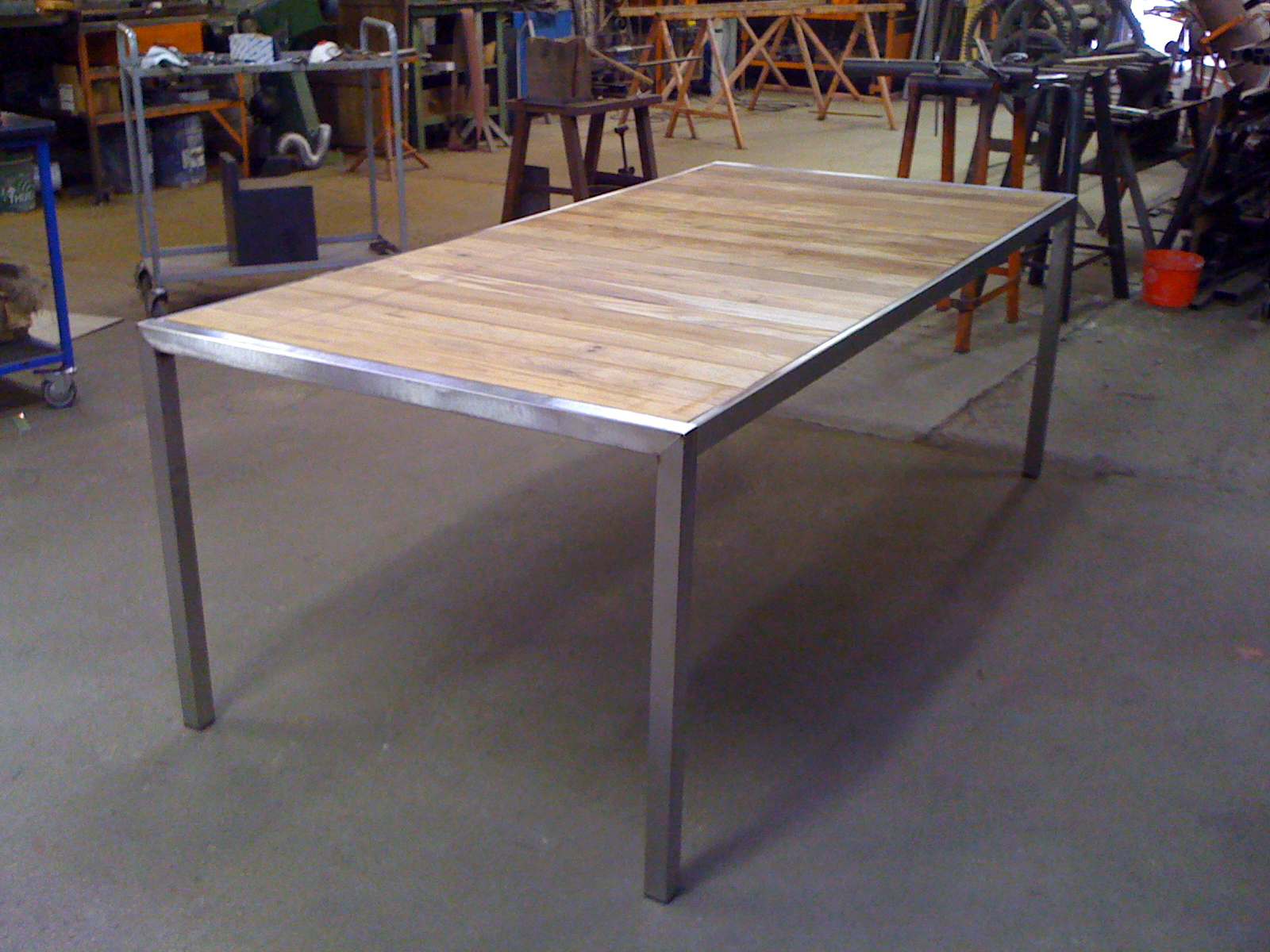 Atelier de mainville distribution table de jardin en inox - Table jardin en teck ...