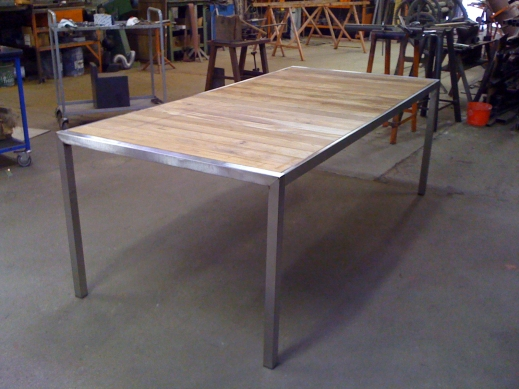 Atelier de mainville distribution Table de jardin en inox et teck