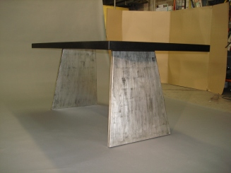 Table en métal noire avec patine en or blanc