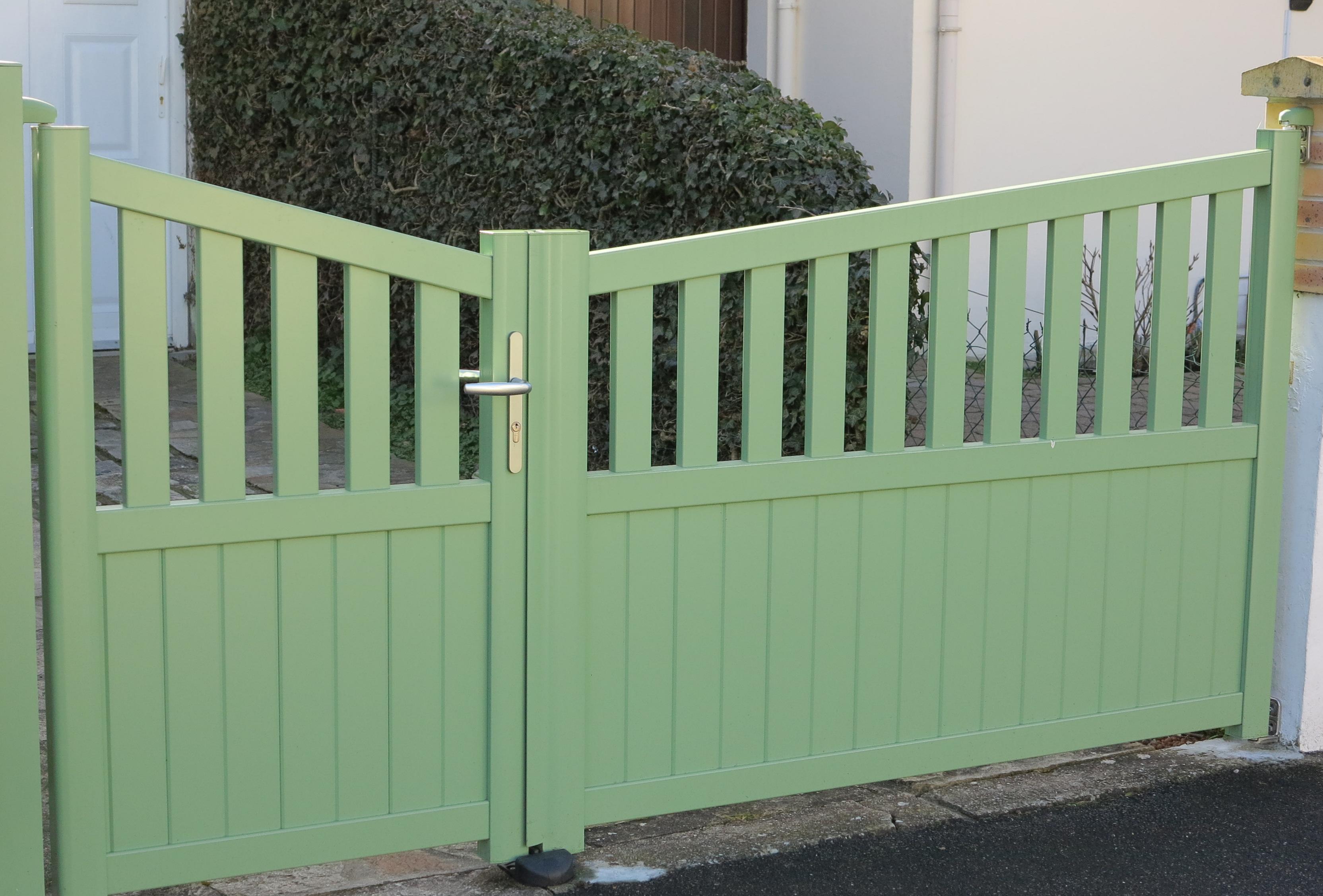 portail pvc vert pose d 39 un portail alu battant coloris vert angoul me 16 portail pvc. Black Bedroom Furniture Sets. Home Design Ideas
