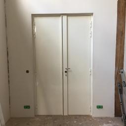 Blindage fourreau sur une double porte, vue de l'intérieur - conserve la porte d'origine, spécial copropriété - en chantier - large choix de coloris (gamme RAL)