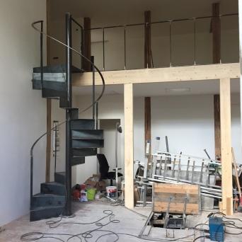 Escalier métallique hélicoïdal en acier brut avec garde corps en acier brut