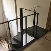 Mezzanine - Palier de l'escalier métallique hélicoïdal avec garde corps en acier brut - en chantier