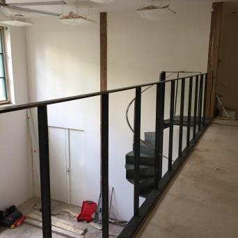 Garde-corps en acier sur une mezzanine - en chantier
