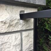 La clôture est directement scellée au poteaux existants pour une plus grande résistance
