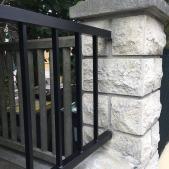La clôture est scellée dans la maçonnerie existante