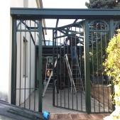 Vue de la grille et de la porte posée
