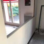 Pose d'une tôle pliée sur-mesure pour renforcer la cloison pour la pose de la verrière d'intérieur