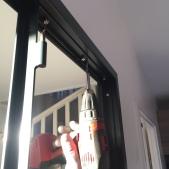 Fixation du cadre de finition et d'habillage, les deux cadres pincent la cloison et habille directement le contour de la verrière