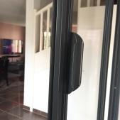 Vue de la poignée de la fenêtre intégrée à la verrière