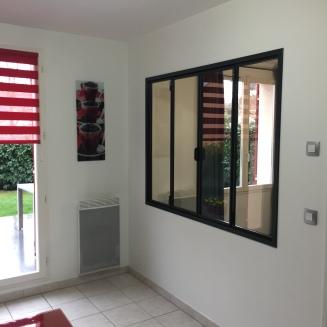 La verrière est posée et fonctionnelle et apporte une belle luminosité entre les deux pièces