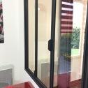 Vue des poignées sur la fenêtre intégrée à la verrière d'intérieur