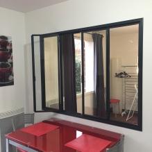 Ouverture d'un des ouvrants de la fenêtre intégrée à la verrière d'intérieur