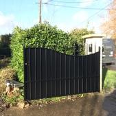 Le portail a été restauré, entièrement repeint par Thermolaquage et un festonnage en tôle sur mesure a été fixé pour plus de sécurité