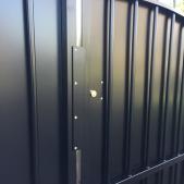 Nouvelle serrure sur le portail restauré intégrée au festonnage en tôle acier