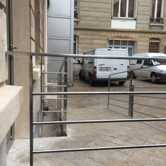 Le garde corps en inox est scellé directement dans le mur pour plus de solidité et de sécurité