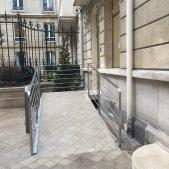 Garde corps ou rampe sur mesure en inox brossé pour rampe d'accès à un immeuble parisien
