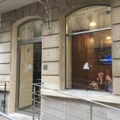 Porte et fenêtre sur mesure en inox avec une rampe d'accès pour personnes à mobilité réduite avec garde corps en inox