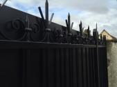 Portail deux vantaux avec volutes en fer forgé