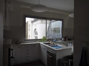 Fenêtre coulissante dans une cuisine