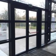 Porte en aluminium avec vitrage feuilleté au lycée Vilgénis