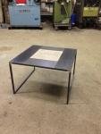 Table basse en acier brut et carreaux de céramique