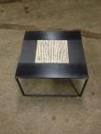 Table basse en métal brut et céramique