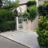 Portail acier 2 vantaux avec barreaux cintrés donnant un aspect végétal
