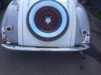 Pare-choc arrière posé sur une voiture Delahaye