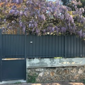 Portillon et clôture en acier avec festonnage en tôle
